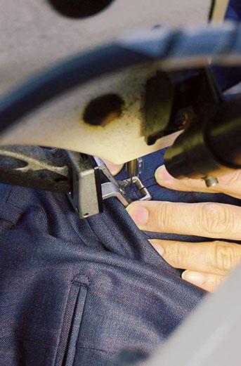 <b>Nice Detail!</b><hr style='margin-bottom:20px'>縫製は、ほぼすべてミシンで行う。後ポケットの玉縁仕様のカンヌキ留め。細かい作業も、一瞬にして縫い上げる。
