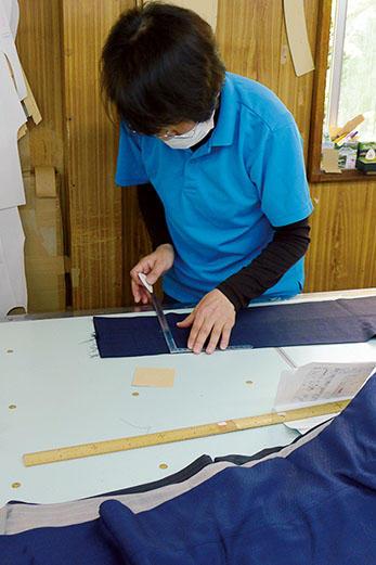 量産のパンツとは別に、パターンオーダーでは、裾の長さを正確に測り、仕上げて納品。