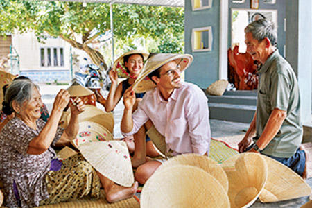 アクティビティのツアーでは伝統的な葉笠帽子職人、チャンパ王国の遺跡、仏教寺院などを訪問。ホテル主催ゆえ、安心して参加できる。