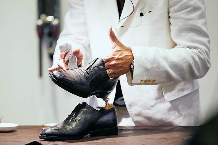 「靴磨きで大事な工程は、汚れ落とし→栄養補給→艶出しの3つ。最初の汚れ落としは、まず全体のホコリをブラッシングで払った後に、クリーナーで汚れを落としていきます」