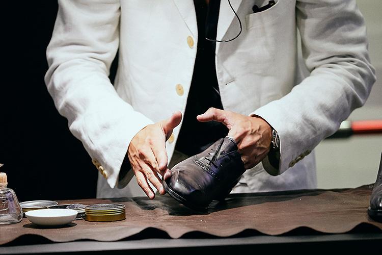 指にクリームを直につけてしっかり塗り込んでいく。
