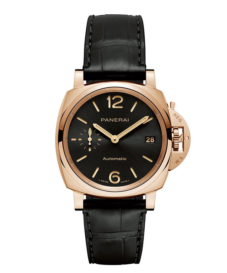 <b>PANERAI</b> パネライ</br><b>ルミノール ドュエ-38MM PAM01029</b><hr style='margin-bottom:20px'><b>スーツにも合わせやすい初のアンダー40mm</b></br>大きくて厚いという、パネライの時計のイメージを覆す38mmケースが新鮮。スーツの袖口にも、スッキリと収まってくれる。特徴的なアラビア数字が重要なアイコン。そのインデックスを切り抜いたプレートと蓄光塗料を施したプレートとを組み合わせたサンドイッチ構造は、暗闇でも視認性に優れる。プラチナと銅を含有する独自のゴールド素材は赤みが強く、色変わりしづらい。自動巻き。径38mm。18Kゴールドテックケース。アリゲーターストラップ。168万円(オフィチーネ パネライ)