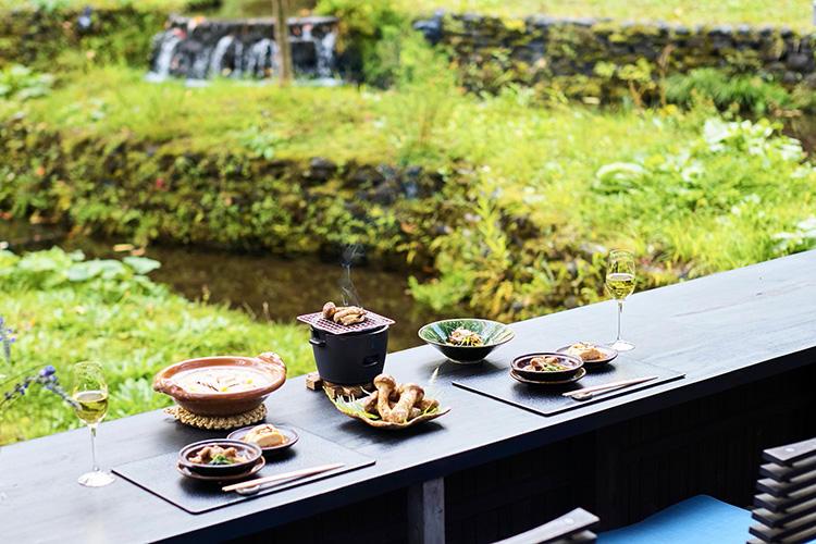 目の前に棚田が広がる、「日本料理 嘉助」の屋外特等席テラス。朝の空気が心地良い。