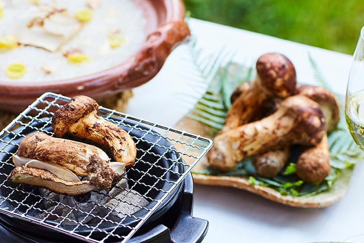 まずは、採れたての松茸を焼いてお好みサイズに割いて楽しめる「炭火焼」からスタート。