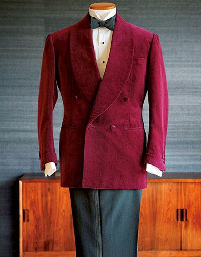 ガウン代わりに羽織れば最上級の紳士に<br><hr><b>バタク「スモーキングジャケット」</b><p>食後にシガーを嗜む時間用に作られた、リラックスした仕立ての一着。美しいボルドーのベルベットが目を惹く。ビスポーク仮縫い込みで20万円。(バタク)</p>