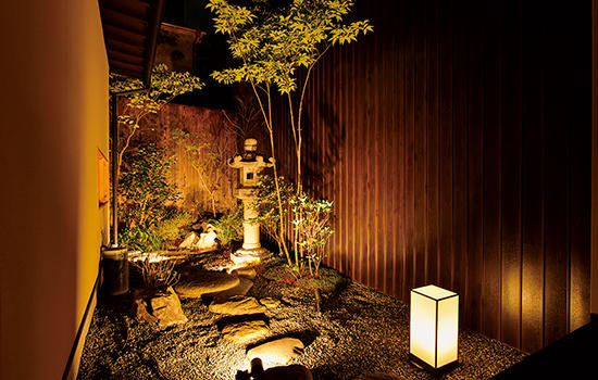敷地には2ヶ所の庭が設置されており、写真は建物の奥にある庭。証券会社による京町家再生ファンドのプロジェクトとして運営されているのもユニークな点。