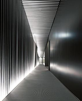 設計は山口 隆氏。格子が嵌められた壁と天井、水平と垂直・曲線による通路など斬新な意匠が随所に見られる。