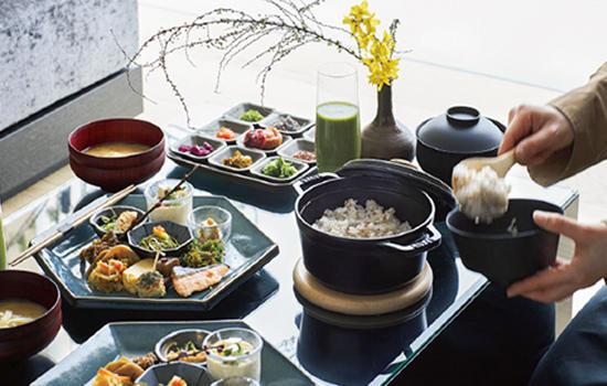 淡路島の食材による吹き寄せの朝食をお部屋で頂くこともできる。