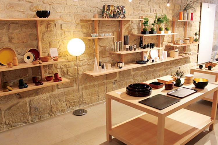 パリのデザイナーと日本の伝統技術とのコラボレーションアイテムの人気が特に高いと言われる。
