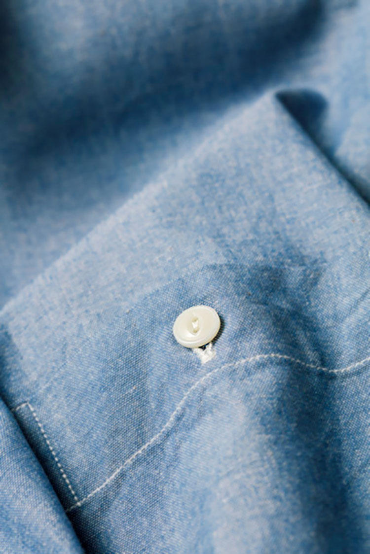 <b>糸が切れにくいボタンホール</b></br>旧式の力織機でしっかりと打ち込まれた生地の質感はさすがのクオリティ。ボタンホールひとつにも職人の意地とこだわりが潜んでいる。シャツ1万1111円/ファクトリエ(ファクトリエ 銀座フィッティングスペース)