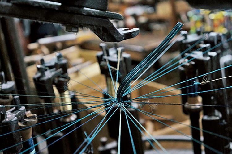 <b>各地の産業をベルトに取り入れる発想</b></br>各地の職人技が光る素材を用いたベルトが揃う。