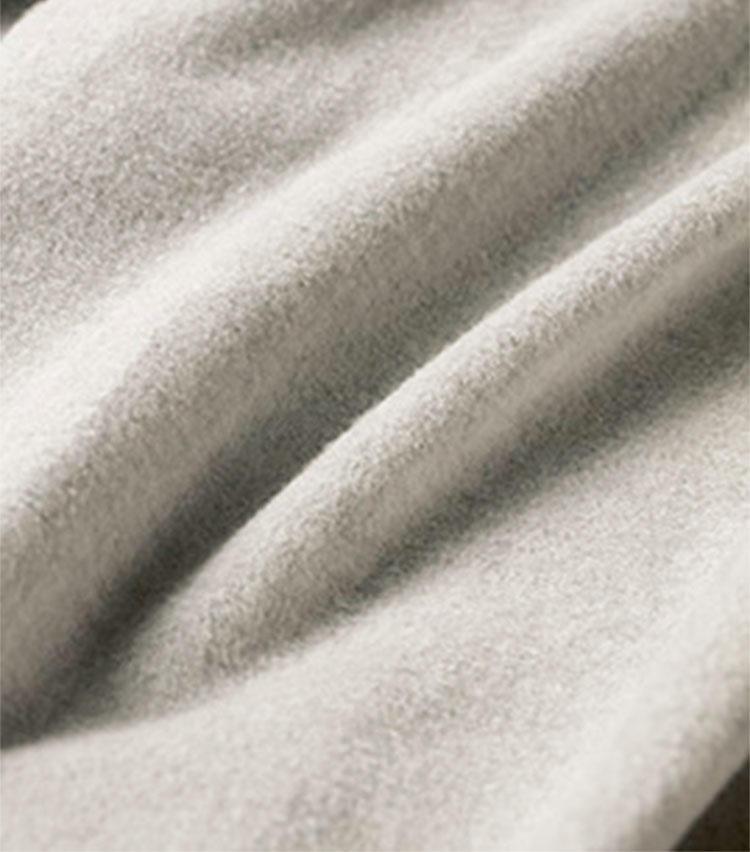 生地は人肌に触れる内側にこだわり、テンセルカシミヤ生地の裏は高級タオルのように極上の柔らかさを誇る。