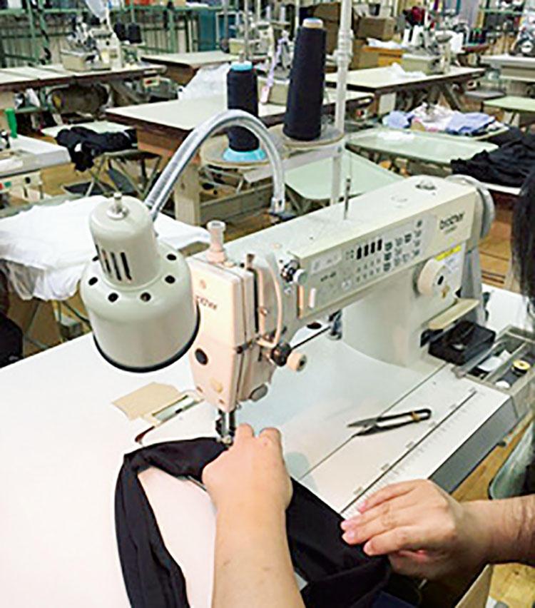 カジュアルウェアの型紙と縫製にも、テーラーとして70年培った技術を導入。
