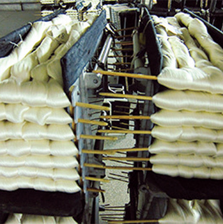 シルクは抗菌作用もあるため、数日間は洗濯不要で快適に着ることができる。出張時のナイトウェアにも最適だ。