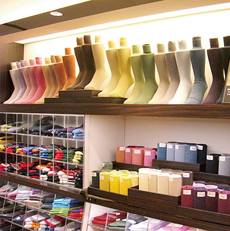 <b>スーツを楽しくする絶妙な彩りが好評</b></br>年に2回、阪急メンズではオーダー会を行い、多様な色、素材が用意される。綿以外にも、暖かな履き心地のウールなども人気。