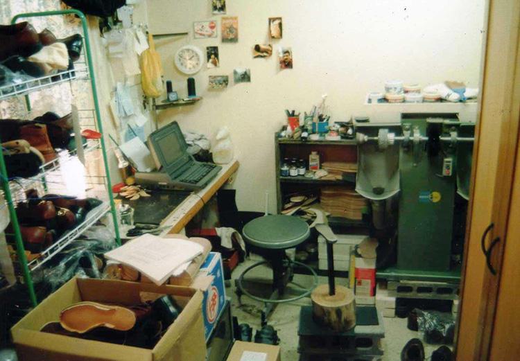 創業当時の自宅兼工房。当初は一人で修理に対応していたため、寝る間もないほどの忙しさだった。