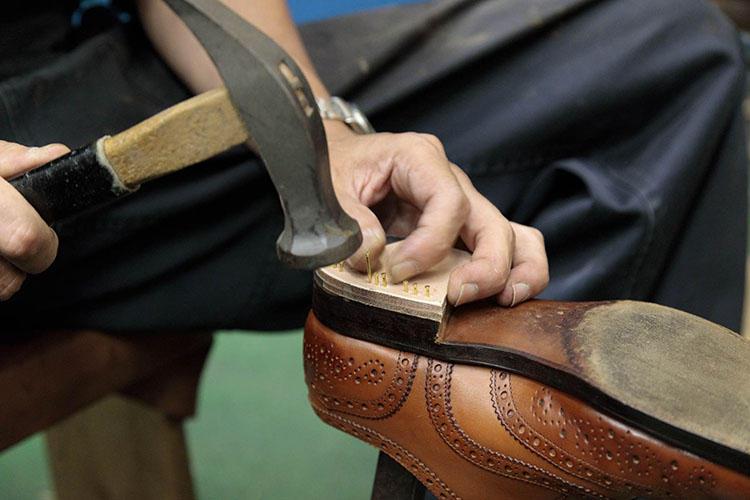 ヒールに打つ釘の数は靴によって異なる。たとえばエドワード グリーンでは片足で23本の釘打ちが必要となる。