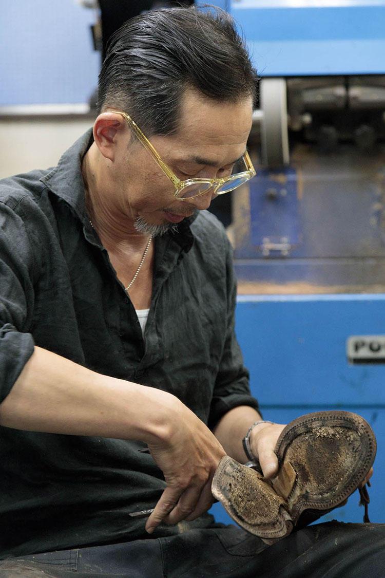 靴底を全面的に張り替えるオールソールの作業風景。「大手術なので、残っているパーツに負担をかけないよう、特に気を配ります」と中川さん。