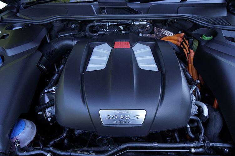 エンジン出力は最高出力333ps、最大トルク440Nm。これにモーターの力が加わると最大416ps/590Nmにまで到達する。最高速度は243km/h