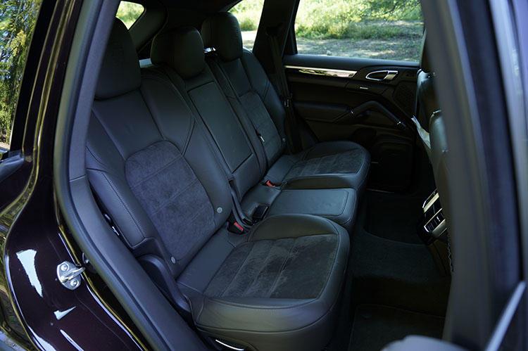 後席であってもシート形状に手抜きをしないのがポルシェ流。広い座面で体をしっかりと支えてくれる