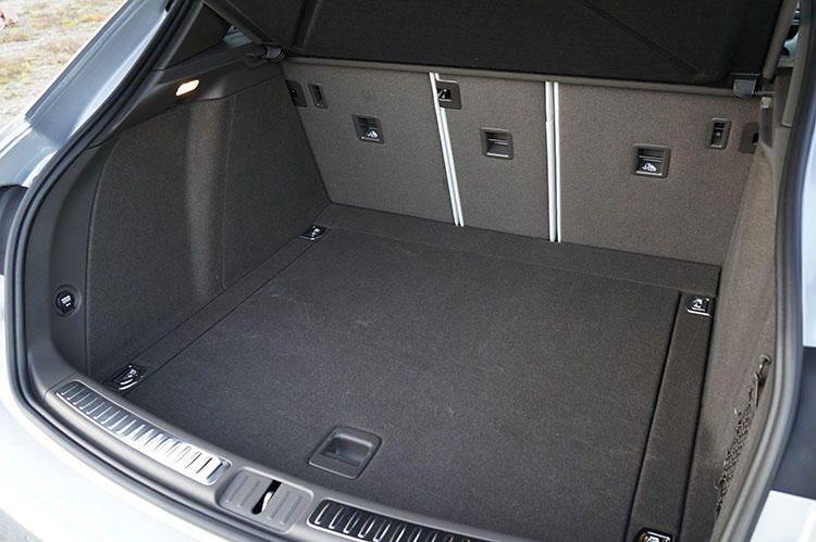 ラゲッジ容量は通常時500リッター、後席を倒すと1500リッターにまで拡大する