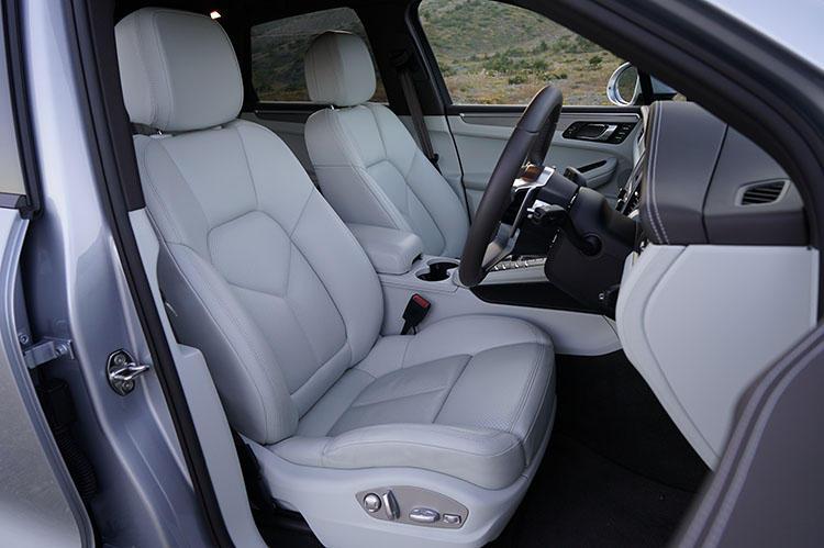 運転席には電動調整機能付きコンフォートシートを装備。シートヒーターはオプションで用意される