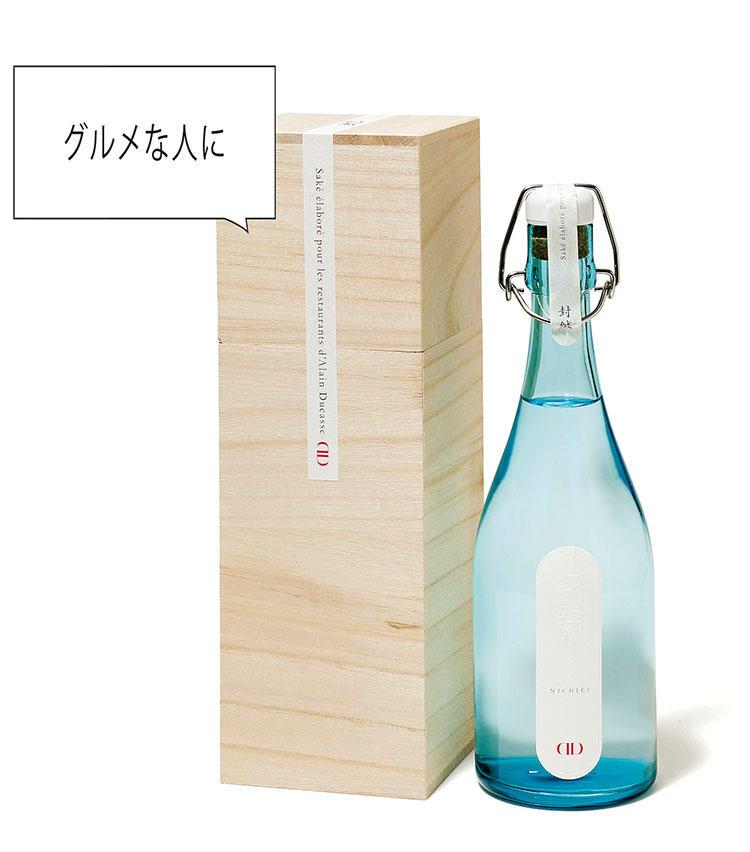<for SHARE> 1万円以上〜3万円未満<br><b>中村酒造の「日榮アラン・デュカス セレクション純米酒」 <br>720ml 1万円</b><br>フランス料理界の重鎮、アラン・デュカスのレストランで出されるフレンチに合わせて、石川県金沢で約200年の歴史を持つ中村酒造が醸した日本酒。ローマ法王に献上したことでも知られる「神子原米」を原料としているのもポイント。料理とともに楽しんで欲しい。(中村酒造野々市事業本部)
