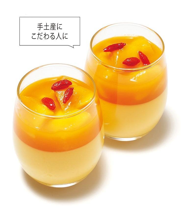 """<for SHARE> 〜1万円未満<br><b>ザ・ペニンシュラ東京<br>""""ザ・ペニンシュラ ブティック&カフェ""""の「マンゴープリン」  <br>1個 620円</b><br>""""特別感""""ならホテルの手土産だ。午前中で売り切れることもあるという人気のスイーツ。その季節で最良のマンゴーの果肉と濃厚なマンゴーソース、なめらかなカスタードプリンが三位一体となったソレはまさに記憶に残る妙味だ。(ザ・ペニンシュラ ブティック&カフェ)"""