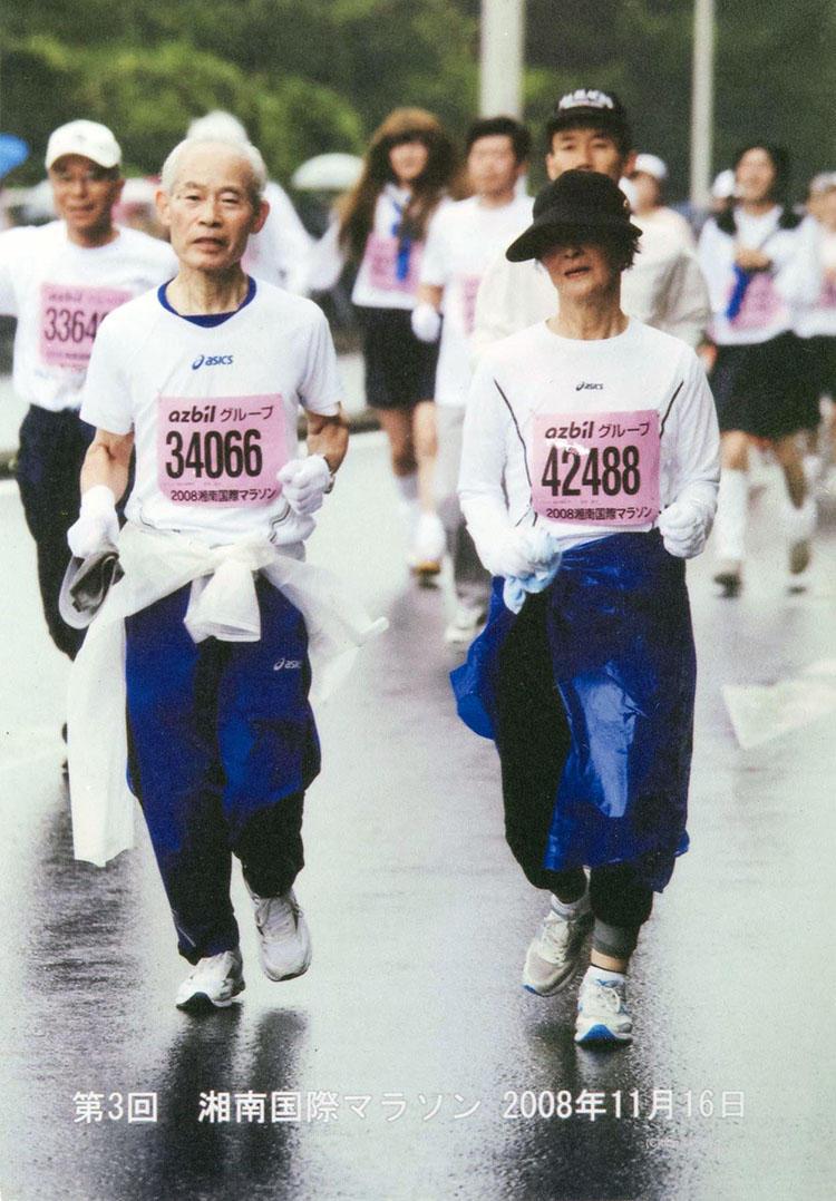 なんと趣味はマラソン。この写真は2008年のもの。最近まで10kmの大会に出場されていたそうだ。