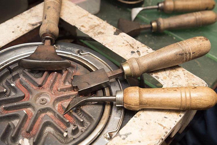 道具は電熱で加熱して使用する