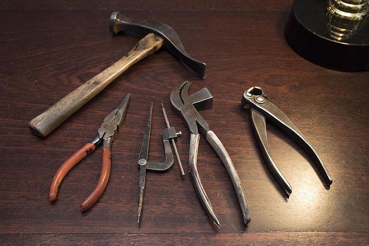 左からハンマー、ラジオペンチ、コンパス、ワニ、くぎ抜き