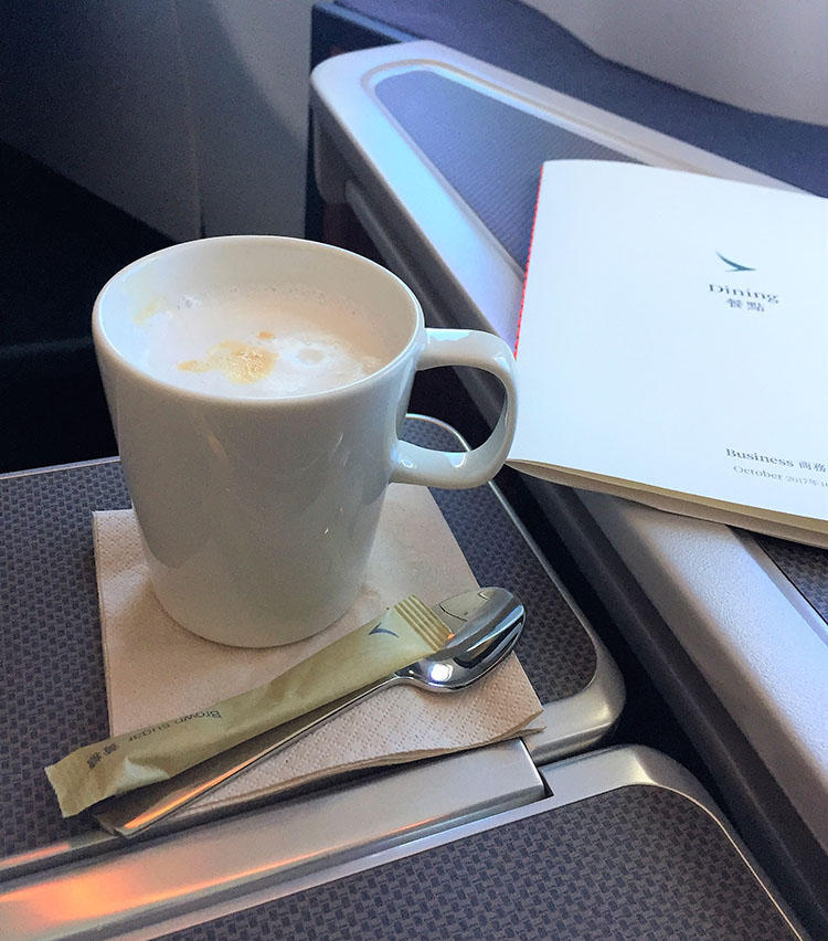 濃い目の紅茶にエバミルクを加えた香港スタイルのミルクティーが楽しめるのはキャセイパシフィックならでは。
