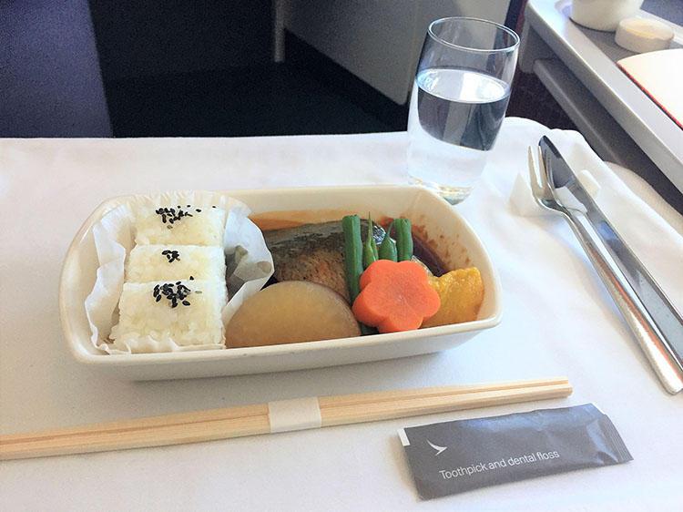 成田-香港線の朝食。メインは3種類から選ぶ。ブリの照り焼きがラインアップされていて、なんともうれしい。メインはワゴンサービスで提供され、その場で選ぶことができる。