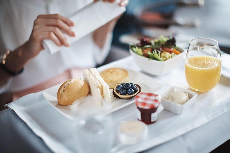 優雅な機内の朝食が、出国から搭乗までの喧騒を忘れさせてしまう。