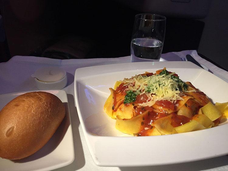 香港-モルディブ線で供されたディナー。トマトソースのパッパルデッレ(幅広のパスタ)など、ベジタリアン用のメニューもちゃんと用意されている。