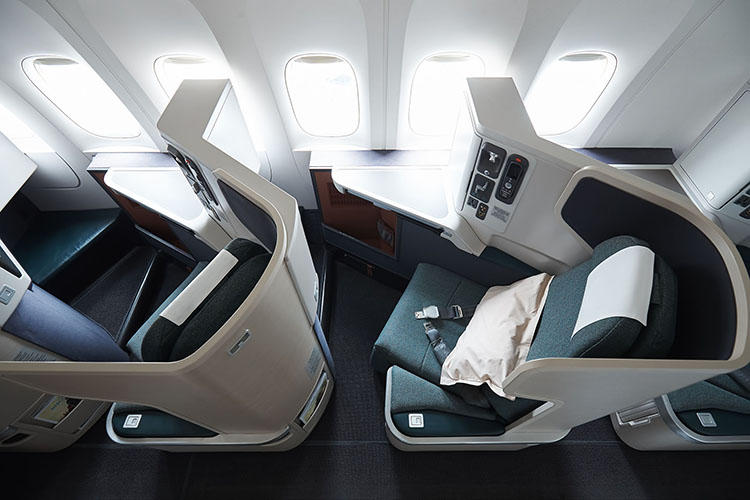 プライバシーとゆとりが同時に配慮された機能的なビジネスクラスのシート。(こちらは長距離用の機体のシート)