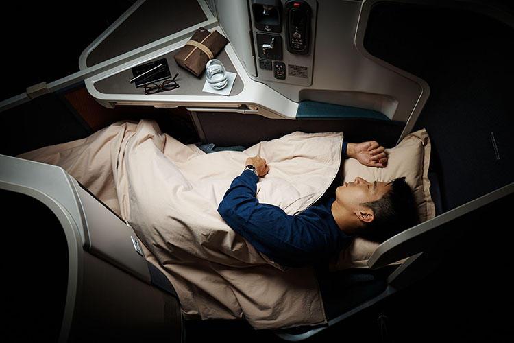 業界最長191cmのフルフラットになるので、長時間のフライトも快眠ができる。(こちらは長距離用の機体のシート)