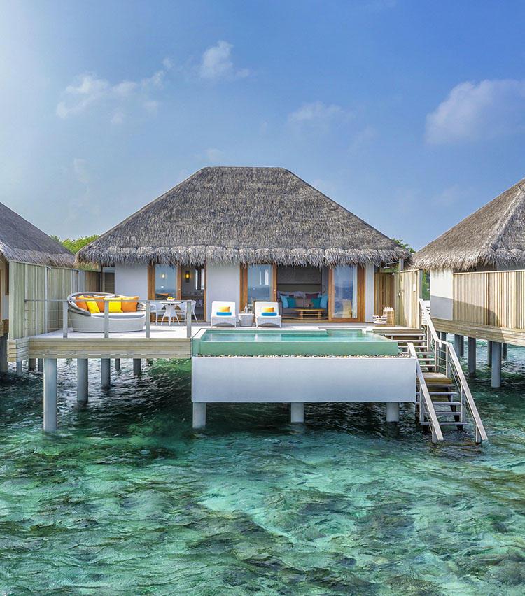 プール付きのほか、テラスの階段からそのまま海へも出られる。水際に建ったものと、完全な水上コテージになったものとがある。