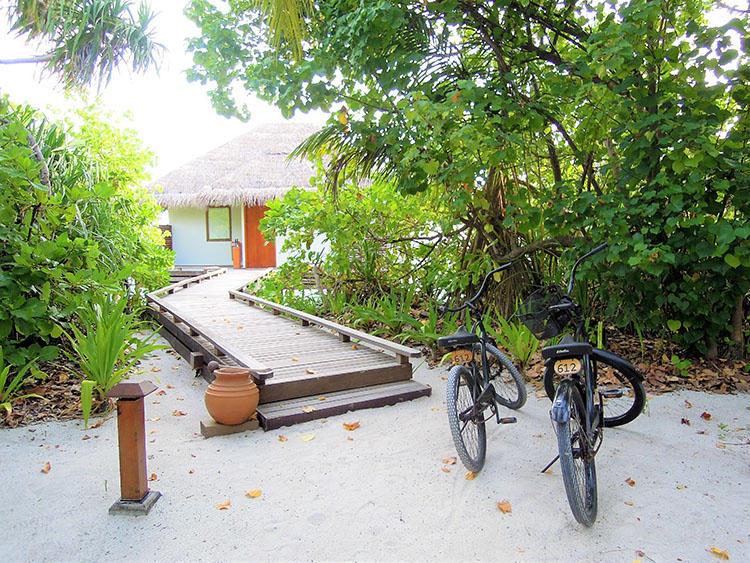 こちらが宿泊したオーシャンヴィラのエントランス。島内の移動に使う自転車も用意されている。自転車はハンドブレーキではなく、ペダルを逆回転して止めるタイプなので慣れるまでは気をつけて。