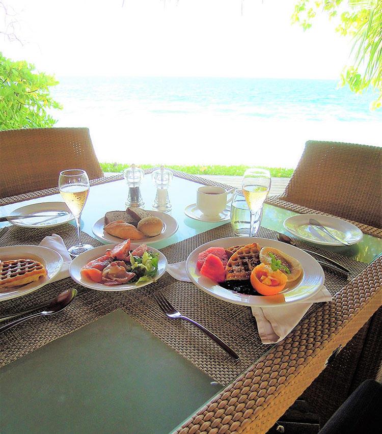 マーケットでは屋外の海を眺められる場所で朝食をとることもできる。
