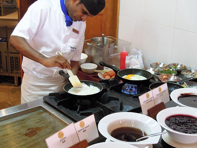 オムレツ、目玉焼きなど、お好みの卵料理をその場で調理。