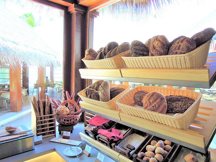 パンはあちこちに置かれている。とにかく種類が多いのはうれしい。