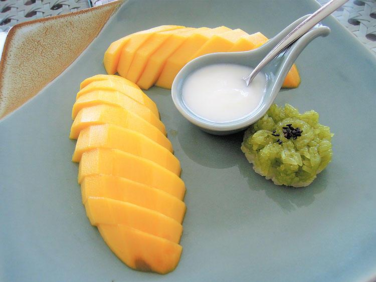 マンゴーともち米を使ったデザートはタイの定番だそう。
