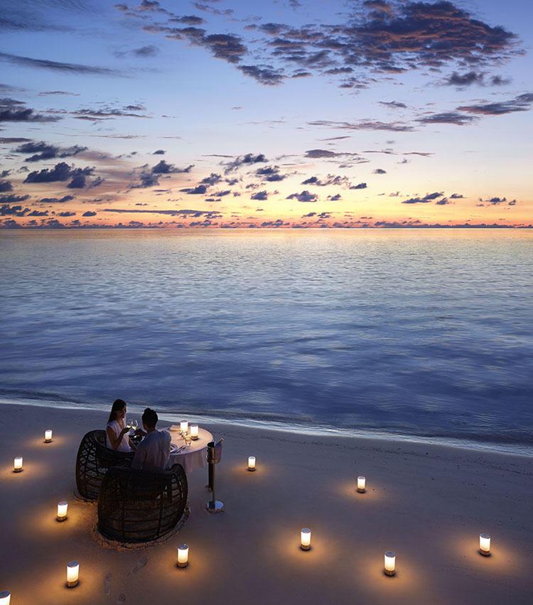 サンセットを楽しみながらカップルでロマンチックな食事を。