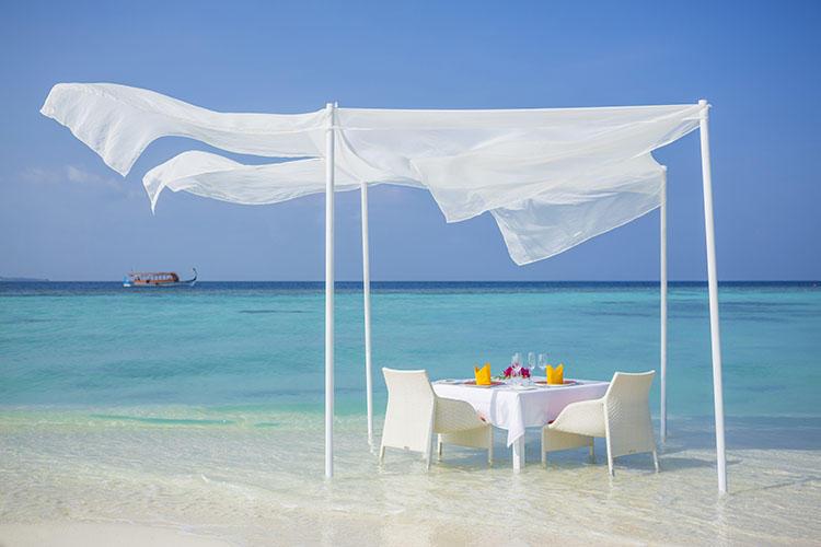 爽やかな風と波を感じながらの食事はカップルにオススメしたい。
