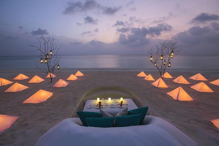 ビーチで柔らかい照明に囲まれながらのしつらえもいい。