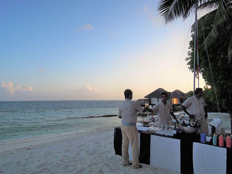日が暮れはじめるころ、ゲストのために開催されるビーチパーティ。