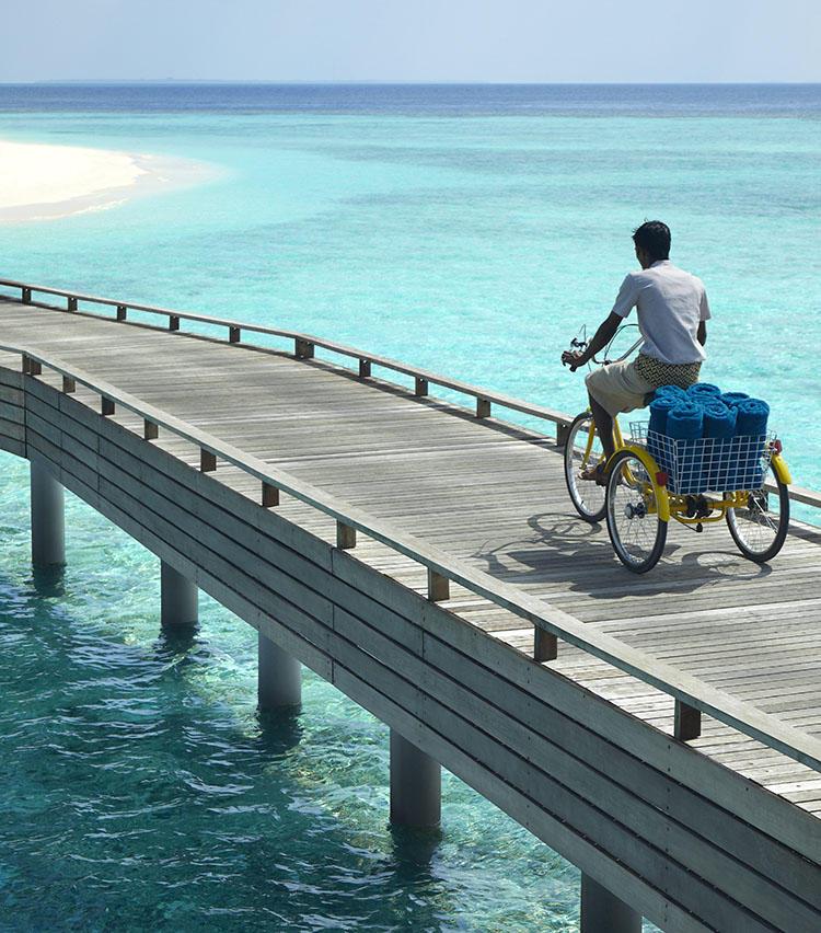 自転車で行きかうスタッフはフレンドリーに挨拶してくれる。