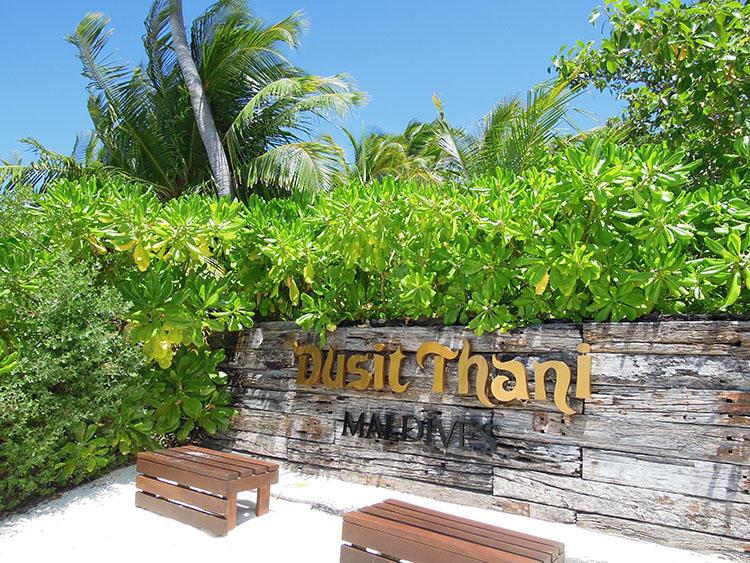 ビーチ沿いにホテルの名前が象徴的に飾られている。