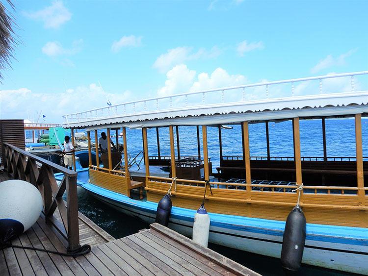 マンタの出現スポットまでは、この船に乗っていく。
